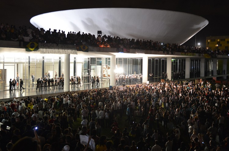 Protestors occupy the roof plaza of the National Congress, 17 June 2013. Image © Agência Brasil