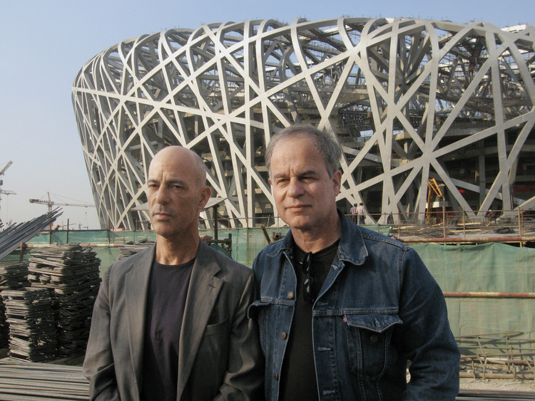 Jacques Herzog y Pierre de Meuron frente al Estadio de Beijing, imagen del documental Bird's Nest: Herzog & de Meuron in China