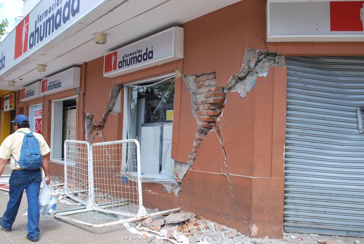 Farmacia Ahumada con muros colapsados