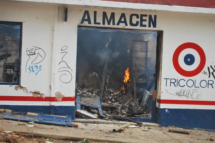 """Ferretería """"El Globo"""" incendiada"""