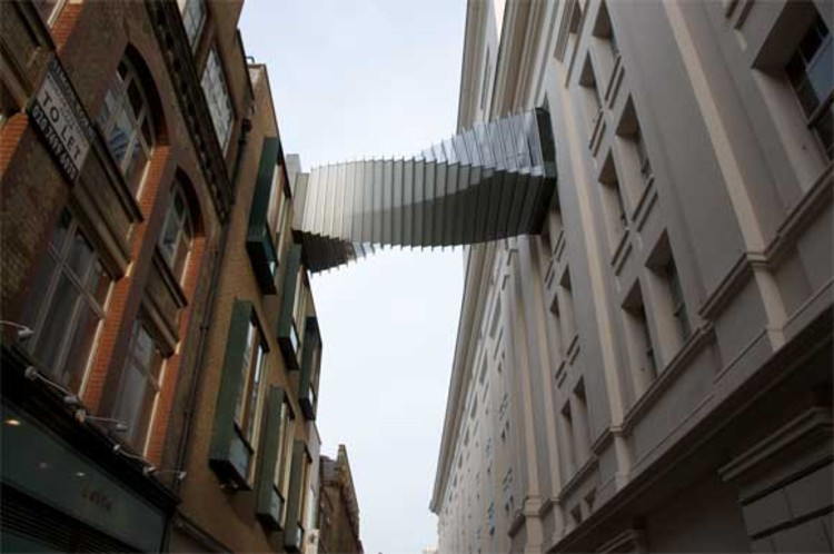 Challenge building to building pedestrian bridge archdaily for Architecte tower bridge
