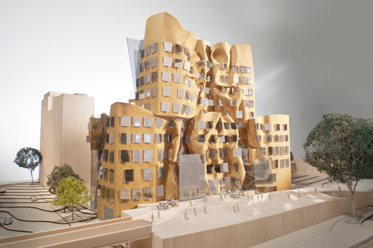 East façade, view across Ultimo Pedestrian Network, model scale: 1-to-100 / Gehry Partners, LLP