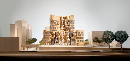 East elevation, model scale: 1-to-100 / Gehry Partners, LLP