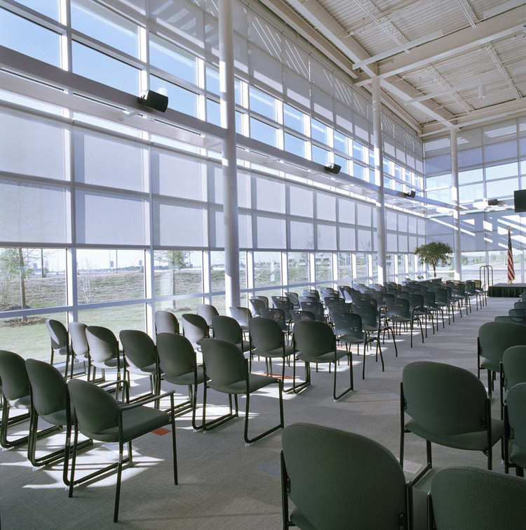 Roller shades fr hunter douglas contract archdaily for Hunter douglas motorized blinds cost