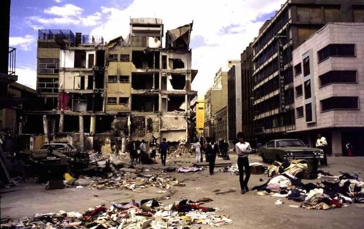 Estructura devastada y pérdidas materiales de los habitantes de la Ciudad de México, 1985. Image vía Publimetro