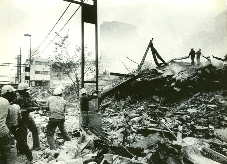 Brigadas de rescate, 1985. Image vía portalacademico.cch.unam.mx