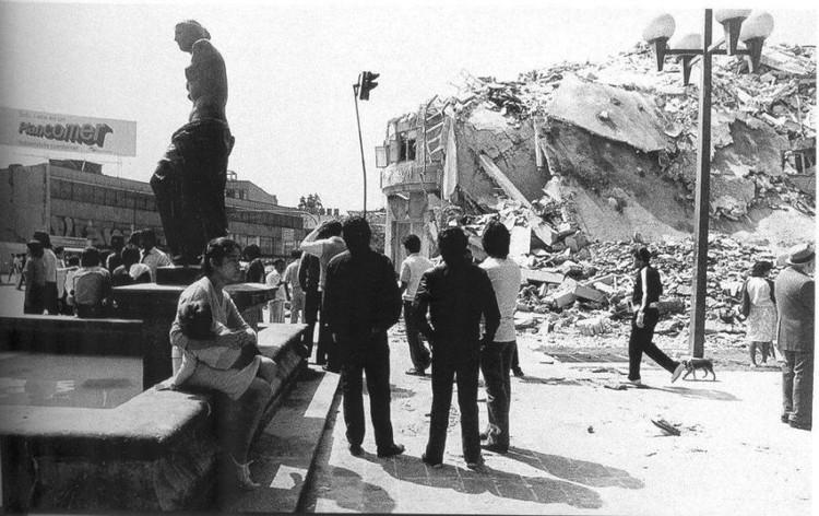 Escombros desde el camellón de Alvaro Obregón, 1985. Image vía Publimetro