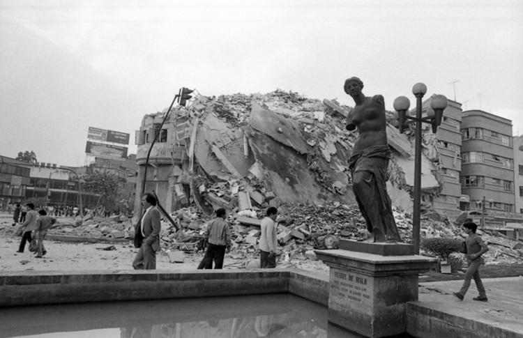 La eterna reconstrucción de la Ciudad de México, a 30 años del '85, via CONACULTA. ImageCamellón de Álvaro Obregón, 1985