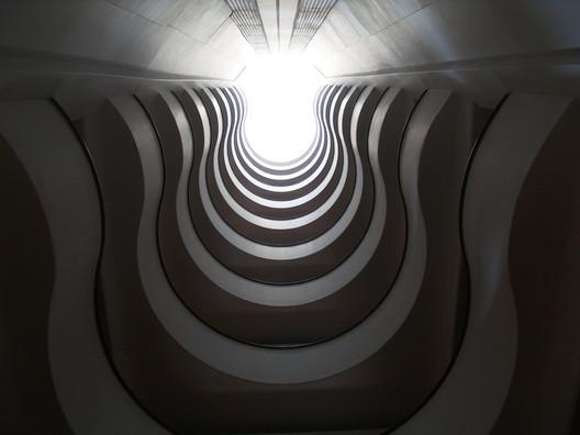 Altura característica del edificio generada por la disposición de los pasillos distribuidores desde la planta baja.. Image vía news.urban360.com.mx