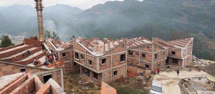Nuevas casas en construcción en el pueblo Jintai tras el terremoto del 2008 y el deslizamiento de tierra del 2011. Imagen © Rural Urban Framework (RUF)