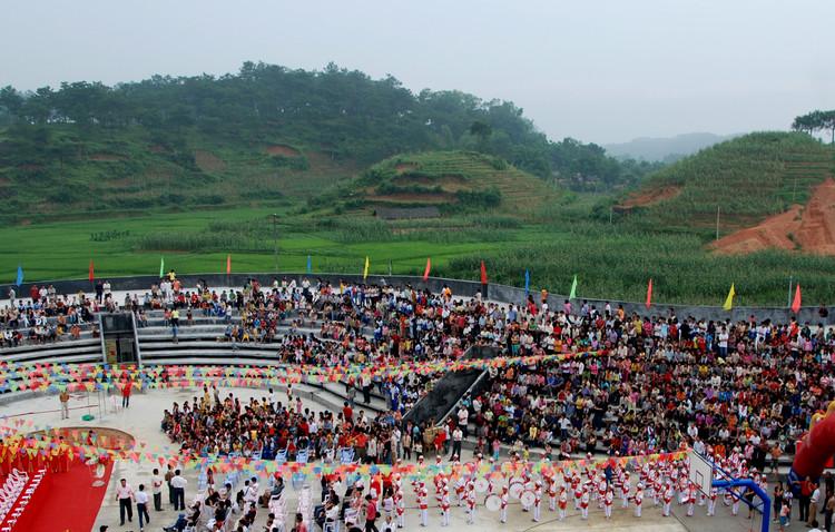 El playground de la escuela del pueblo Qinmo se utiliza para fiestas y eventos de la comunidad, así como para las asambleas escolares. Imagen © Rural Urban Framework (RUF)