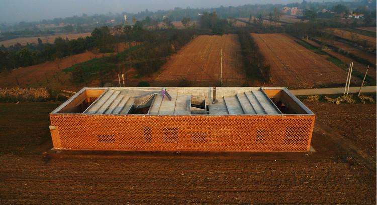 La casa prototipo del pueblo Shijia se envuelve en una pantalla de ladrillo, que proporciona ventilación al mismo tiempo que protege las paredes interiores de barro. Imagen © Rural Urban Framework (RUF)