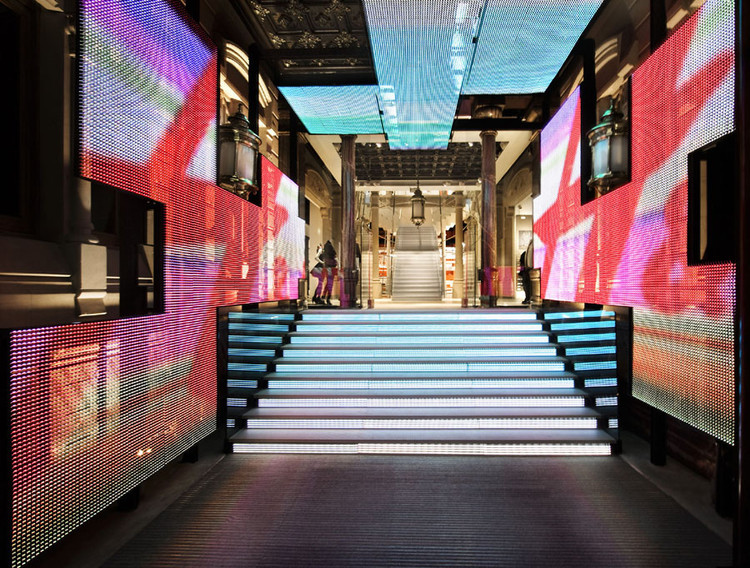 What Happens When Light Starts to Create Brand Experiences?, H&M Store in Barcelona / Estudio Mariscal. Image Courtesy of Estudio Mariscal