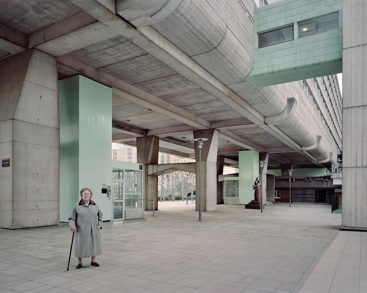 Josette, 90 ans, Vision 80, Esplanade de La Défense, 2013. Image ©  Laurent Kronental