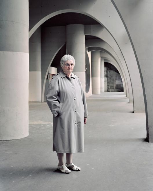 Denise, 81 ans, Cité Spinoza, Ivry-sur-Seine, 2015. Image ©  Laurent Kronental