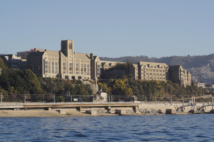 'Valparaiso Universidad Federico Santa Maria' de UTFSM - Universidad Técnica Federico Santa María , Valparaíso, Chile. CC0. Image vía Wikimedia Commons