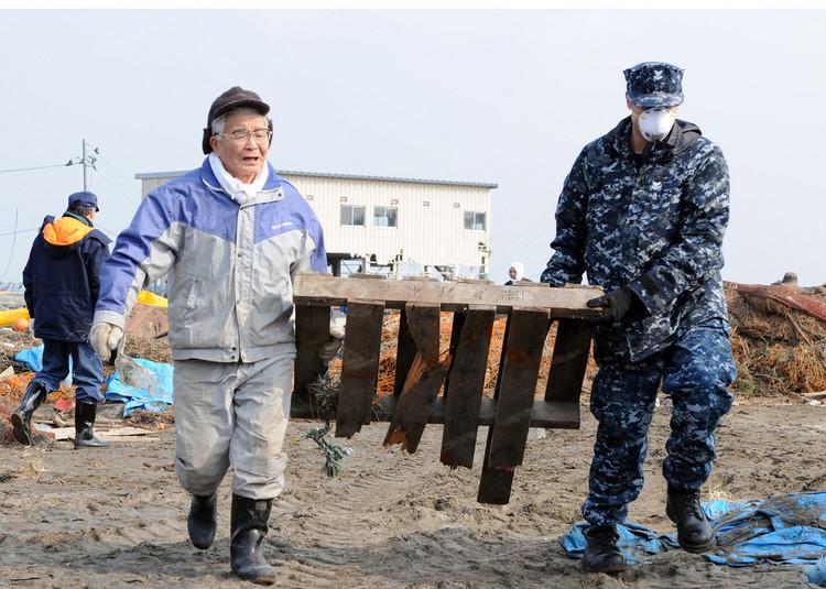 Chile y Japón capacitarán a 2.000 profesionales latinoamericanos sobre riesgos de desastres naturales, Proceso de limpieza tras terremoto en Japón (2011). Image © U.S. Pacific Fleet bajo licencia CC BY 2.0