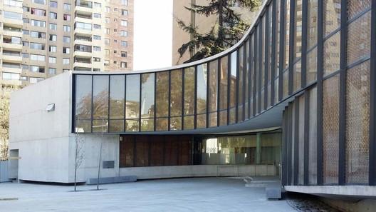 Exterior del Museo Violeta Parra, antes de su inauguración. Image vía Undurraga Devés