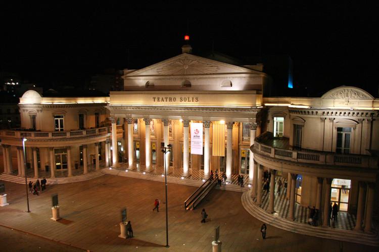 Uruguay rinde homenaje a su arquitectura en la XXI edición del Día del Patrimonio, Teatro Solís. Image © Travel Aficionado bajo licencia CC BY 2.0