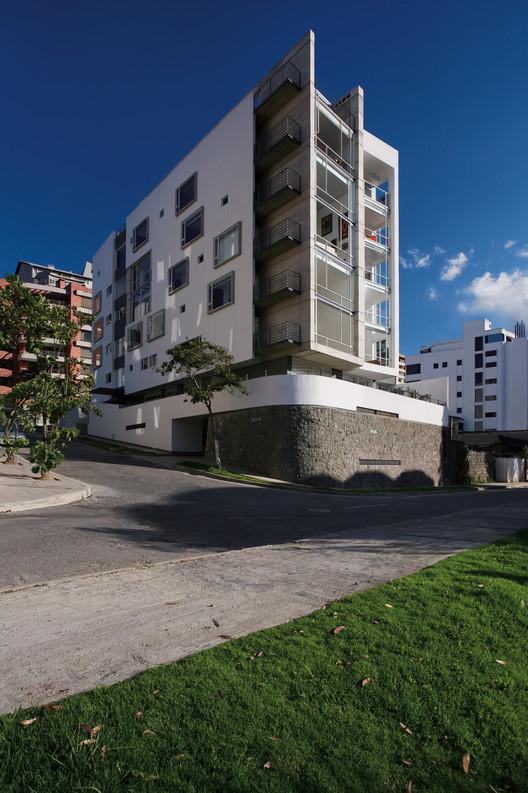 [31] Edificio Urban-A, Diez + Muller Arquitectos, Quito, 2008. Image © Sebastián Crespo