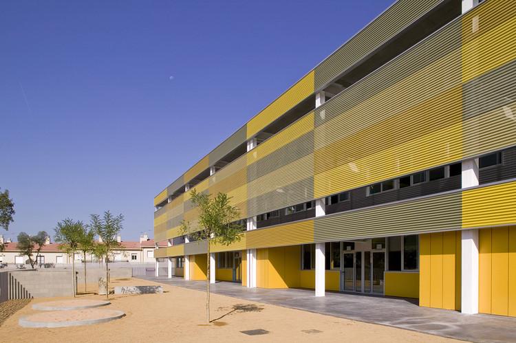 """Escuela de Educación Primaria """"Puig de les Cadiretes"""" / Valor - Llimos, © Lluís Sans"""