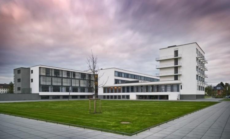 """Teoría unificada de la arquitectura: Capítulo 5, Dessau Bauhaus / Walter Gropius. Leemos con preocupación sobre imágenes y prácticas inspiradas en la Bauhaus, que son introducidas en la educación arquitectónica de países en desarrollo. La prensa publicita esto como un """"avance"""", sin tener idea del peligro que significa para la tradición de ese país. Image © Thomas Lewandovski"""