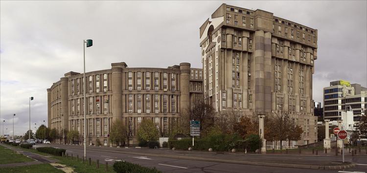 Edificios en Noisy-le-Grand-Mont d'Est. Francia. Ricardo Bofill. 1978. La arquitectura posmoderna, alguna vez apoyada mayoritariamente por los arquitectos, es ahora rechazada por la vanguardia arquitectónica en su totalidad. Image © Usuario de Flickr: Stephane Martin. CC