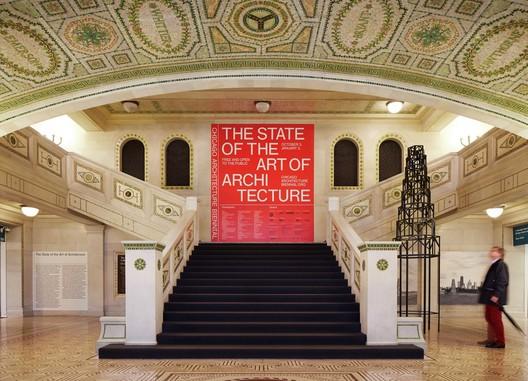 Vista da instalação da Bienal de Arquitetura de Chicago . Foto por Steve Hall, © Hedrich Blessing. Cortesia de Chicago Architecture Biennial