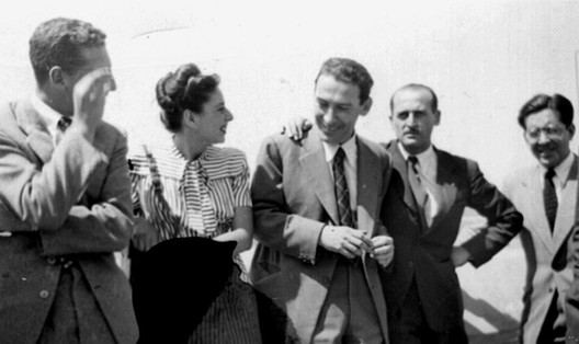Estudantes e colegas na despedida de Tibor Weiner no Aeroporto de Los Cerrillos, Santiago do Chile, 1948. Cortesia de Miguel Lawner.