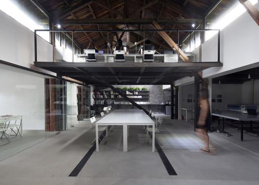 Cha er 3 remix studio archdaily - Studio plan met mezzanine ...