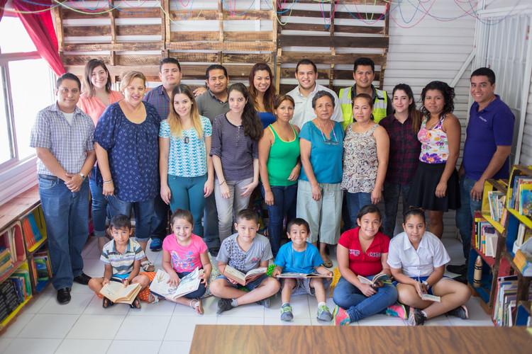 """Activación de Biblioteca en la Escuela Primaria Francisco de Anda en Juárez, Nuevo León. Proyecto por """"Arquitectura para mi Escuela"""" y Taller de Proyectos UANL.. Image © Ignacio Woolkfolk"""