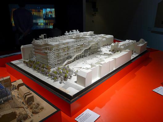 Maquete do Centro Pompidou em Paris, projeto resultante de um concurso vencido pelos arquitetos Renzo Piano e Richard Rogers. Image © Loz Pycock, via Flickr. CC