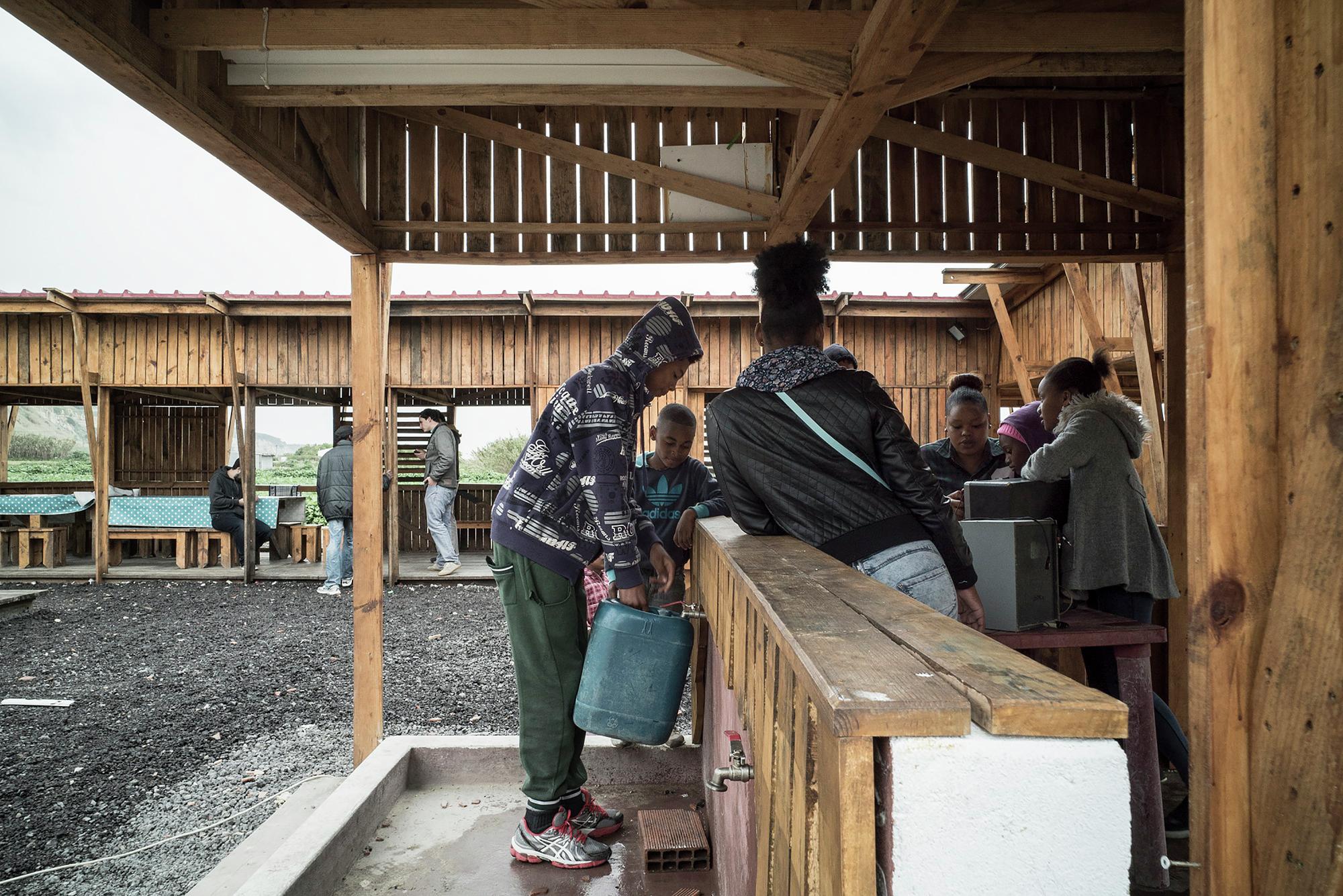 Galeria de Cozinha Comunitária das Terras da Costa / ateliermob  #8D663E 2000 1335