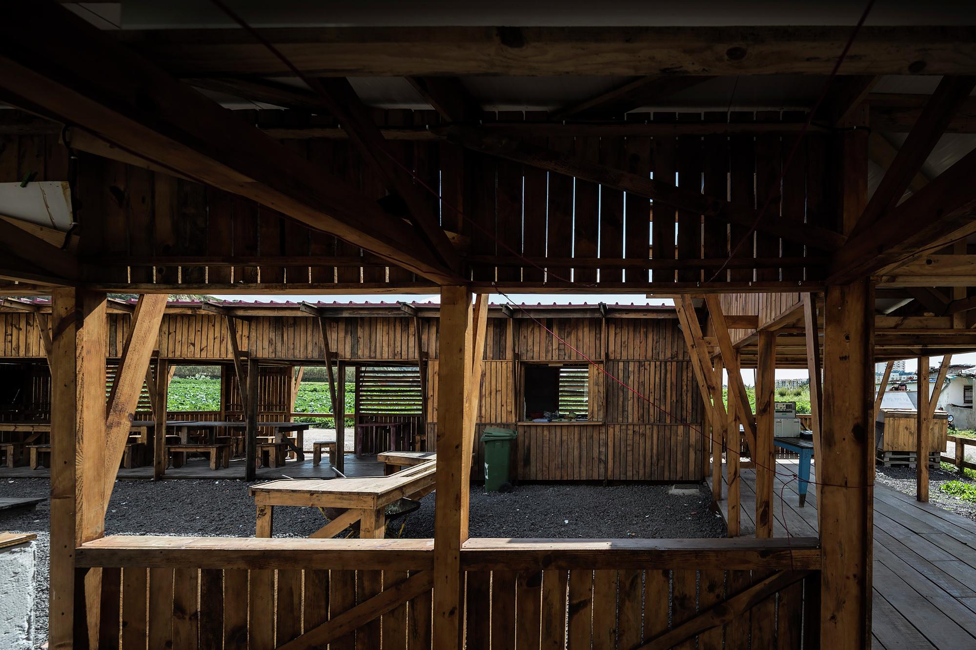 Galeria de Cozinha Comunitária das Terras da Costa / ateliermob  #90693B 2000 1333