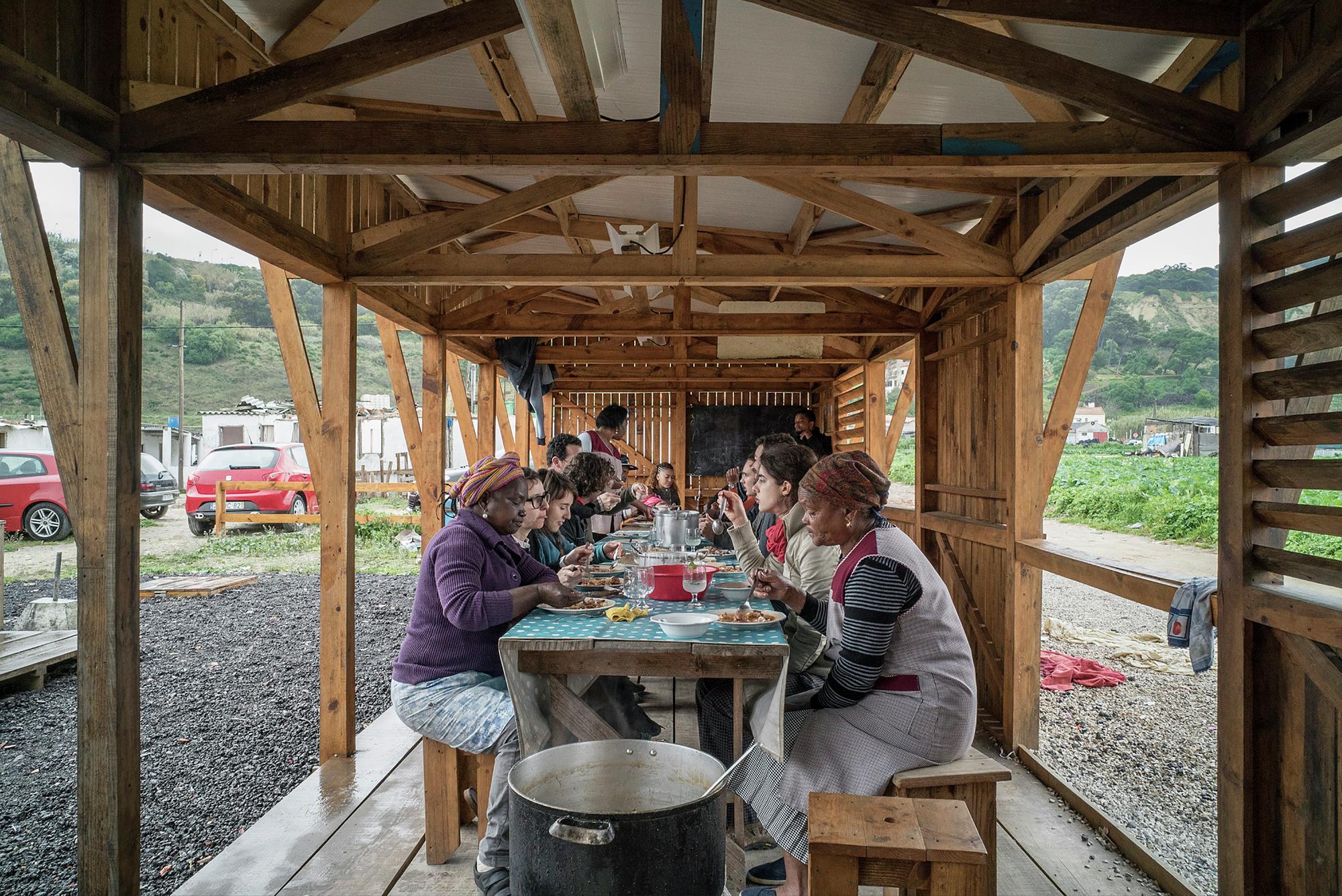 Galeria de Cozinha Comunitária das Terras da Costa / ateliermob  #8B5F40 2000 1335
