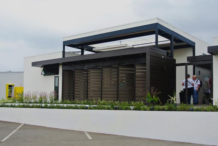 """Fachada principal de """"Casa del Sol"""" de Orange County. Ventanas  estratégicamente posicionadas para captar o detener el nivel de aire necesario en el interior. Image © Addi Gutiérrez"""