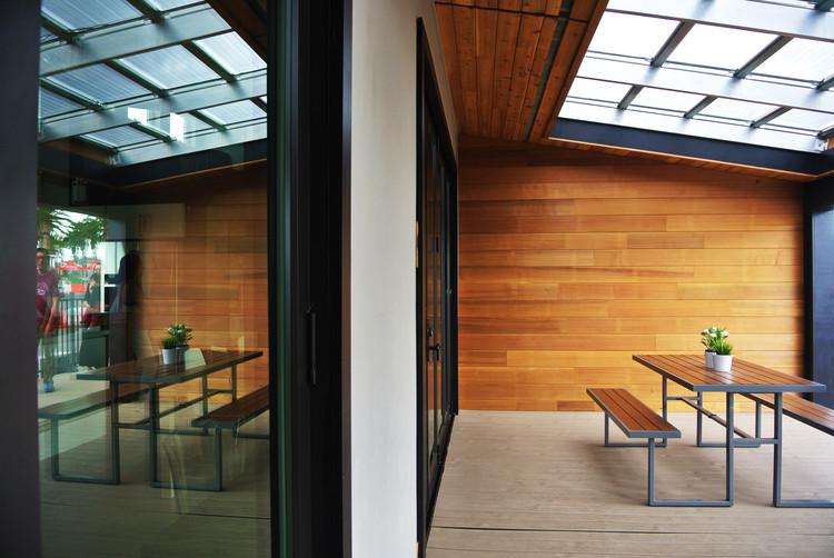 """Fachada principal de la casa """"Solar Nest"""", proyecto de la Universidad de Sacramento. Image © Addi Gutiérrez"""