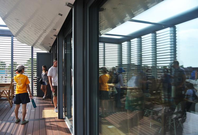 """Paneles plegabes en la fachada de """"Sure House"""" que nivelan la cantidad de luz en la  cocina, sala y comedor de la casa. Image © Addi Gutiérrez"""