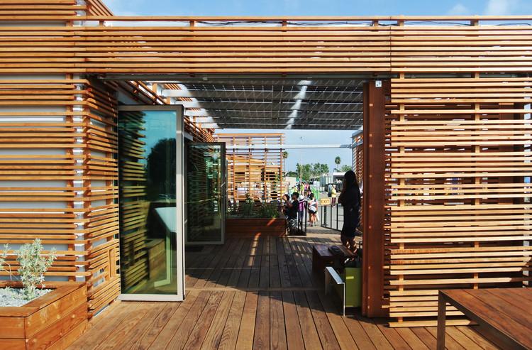 """""""Solar Cal Poly"""" de la Universidad Politécnica de California utiliza la fachada  completa como herramienta para nivear la luz solar. Image © Addi Gutiérrez"""