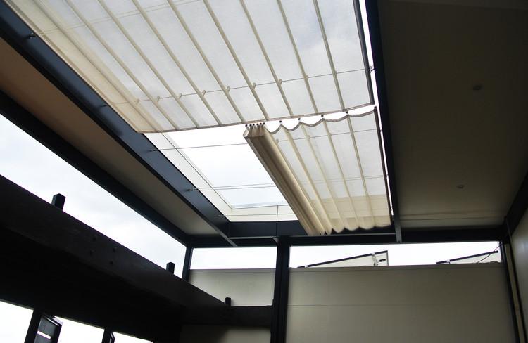 """Techo retraíble que regula la luz natural en el vestíbulo de """"Casa del Sol"""". Image © Addi Gutiérrez"""