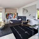 La sala principal con muebles y tapices por Eileen Gray, con un mural por Le Corbusier. Image © Manuel Bougot