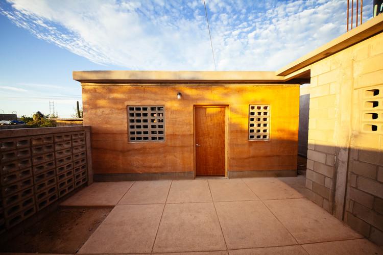 Modelo de vivienda replicable impulsa la autoconstrucción de comunidades afectadas en Los Cabos, México , © LA76 photography