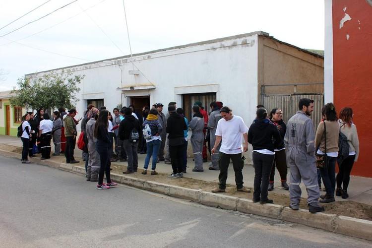 Voluntarios en Canela Baja, a un mes del terremoto de Illapel. Image © Francisco Tacussis
