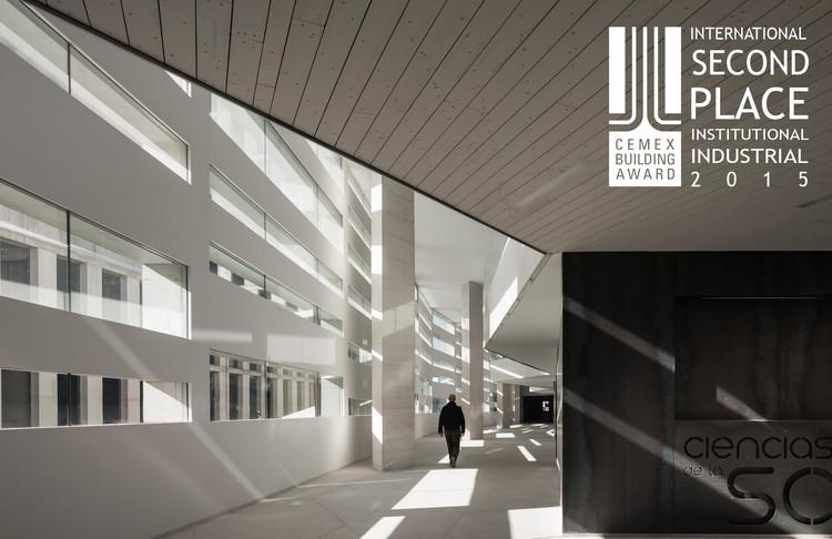 Segundo lugar - Institucional/Industrial. Facultad de Ciencias de la Salud / MEDIOMUNDO Arquitectos. Imagen Cortesía de CEMEX.