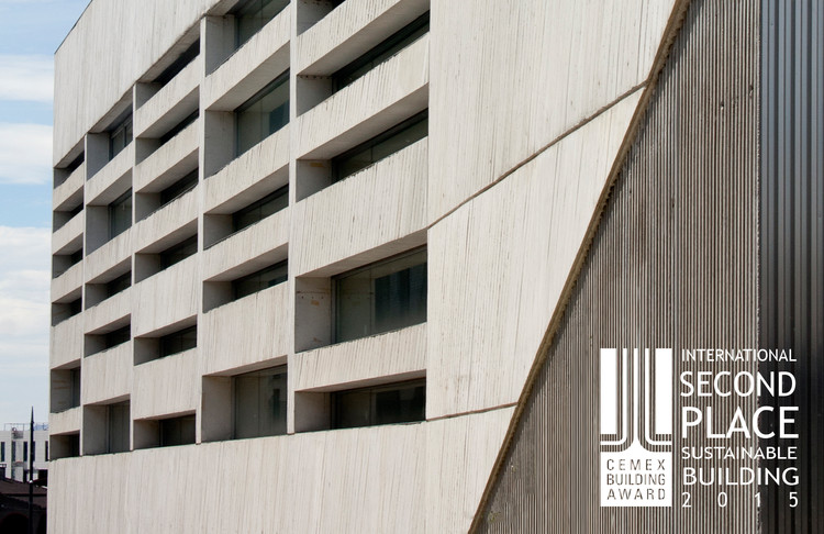 Segundo lugar - Edificación Sustentable. Facultad de Ciencias de la Salud / MEDIOMUNDO Arquitectos. Imagen Cortesía de CEMEX.