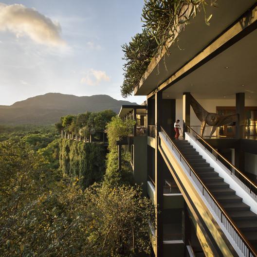 Sentido de Lugar: Tom Roe - Kandalama Hotel (Dambulla, Sri Lanka) / Geoffrey Bawa . Imagem © Tom Roe