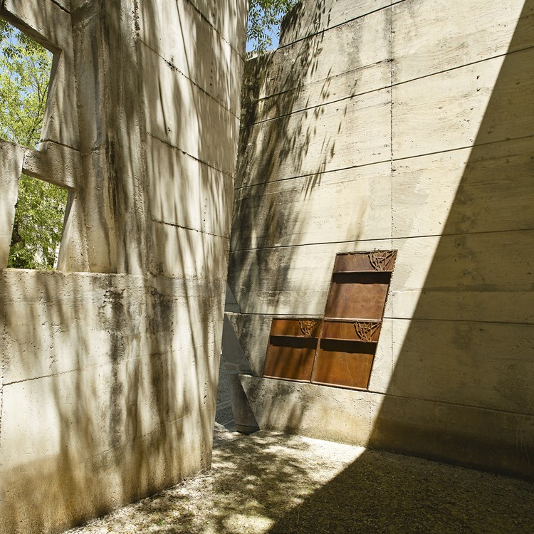 Igualada Cemetary, designed by Enric Miralles and Carme Pinós and completed in 1994. Image © David Cabrera