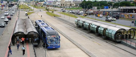 Corredor BRT em Curitiba, Brasil. © mariordo59. Imagem via Flickr