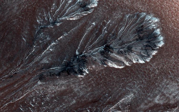 (fig.1) Frosty Gullies on the Northern Plains of Mars (2015). Image © NASA/JPL/University of Arizona