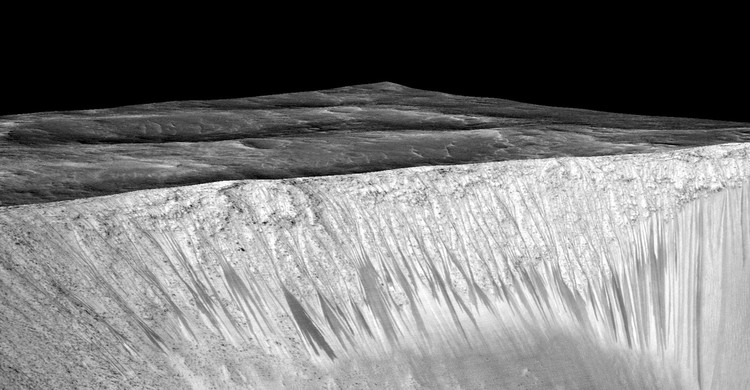 (fig.3) Dark, Recurring Streaks on Walls of Garni Crater on Mars (2015). Image © NASA/JPL/University of Arizona